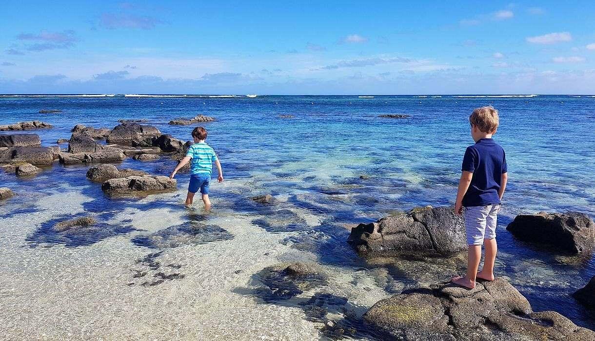 enfants jouent dans la mer